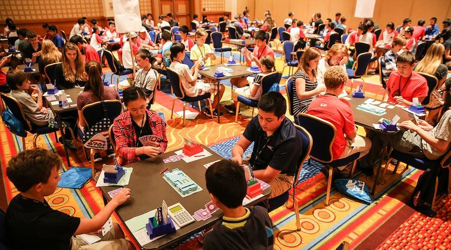 Enseigner aux enfants un vieux jeu de cartes aide à combler le fossé entre les générations